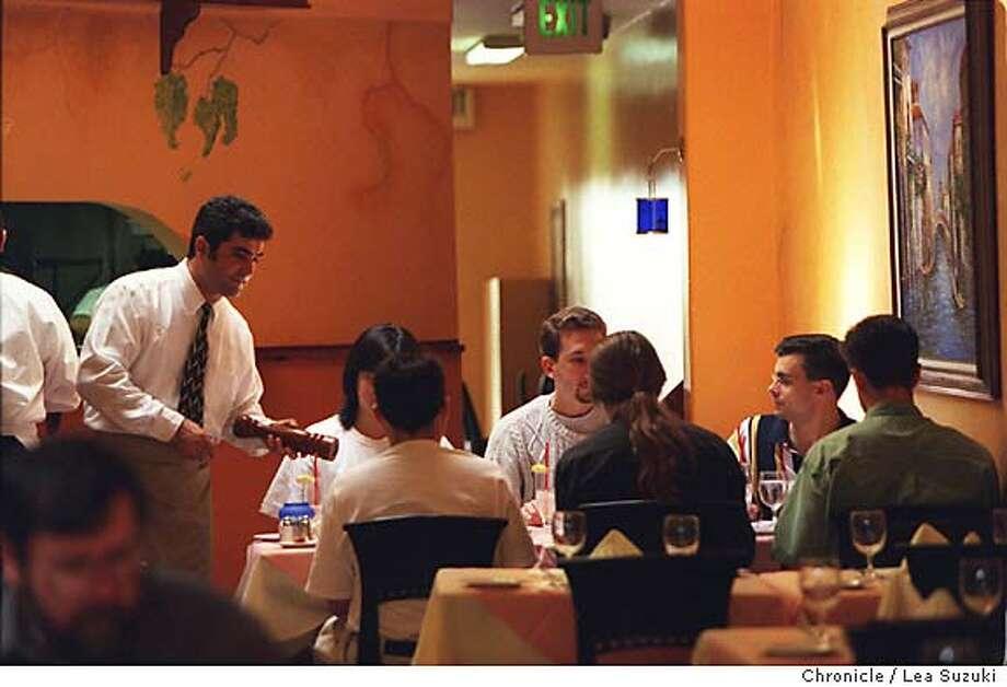 PNVASO10A-C-01SEP99-PF-LS= RESTAURANT REVIEW / Diners enjoya lunch at Vasa Azzurro in Mt. View a 108 Castro St. Photo by Lea Suzuki CAT Photo: LEA SUZUKI