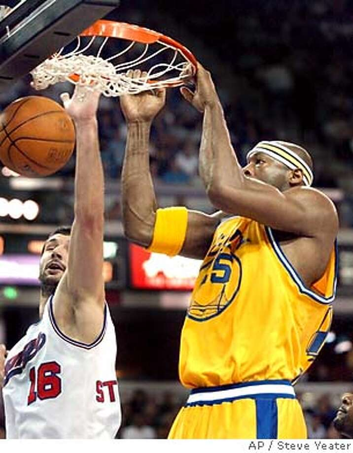 Golden State Warriors center Erick Dampier, right, beats Sacramento Kings forward Peja Stojakovic of Serbia-Montenegro, left, to the basket for a dunk during the first half in Sacramento, Calif., on Tuesday, March 9, 2004.(AP Photo/Steve Yeater) Photo: STEVE YEATER