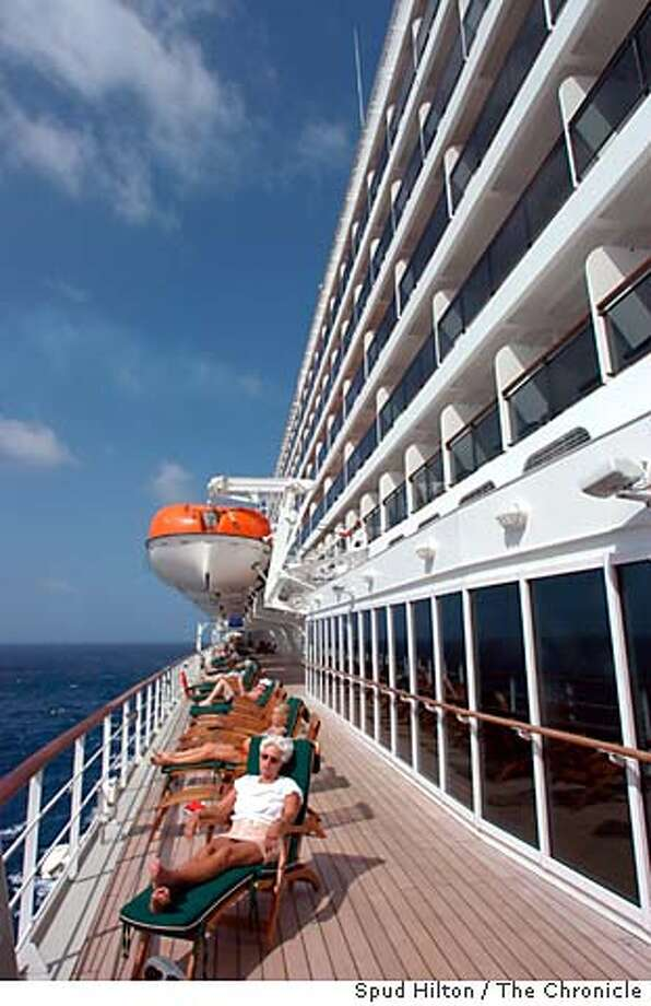 travel_qm2_002_sh.jpg The Cunard ship Queen Mary 2, during a roundtrip 3/18/04 from Fort Lauderdale. Passengers layout on the Deck 7 promenade. Spud Hilton / The Chronicle Photo: Spud Hilton