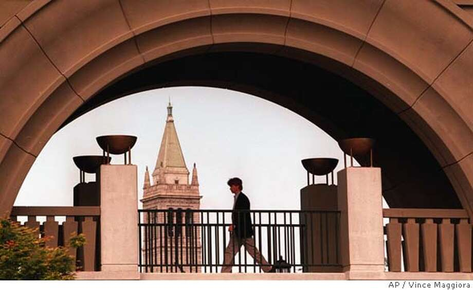 BIZSCHOOL/C/02MAY95/BU/VINCE MAGGIORA  THE MAIN ARCHWAY AT THE NEW HAAS SCHOOL OF BUSINESS ,UNIVERSITY OF CALIFORNIA AT BERKELEY WITH A VIEW OF THE CAMPANILE CAT Photo: VINCE MAGGIORA