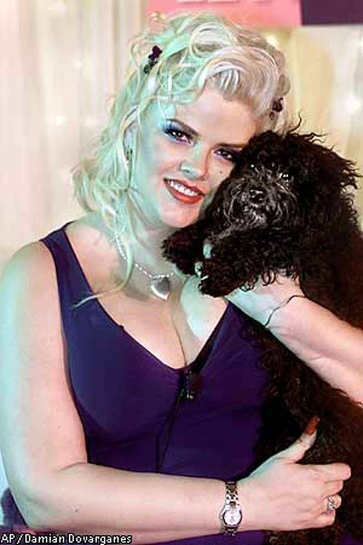 ** RETRANSMITTED FOR IMPROVED TONING **Former model Anna Nicole Smith poses Tuesday, July 9, 2002, with her black toy poodle