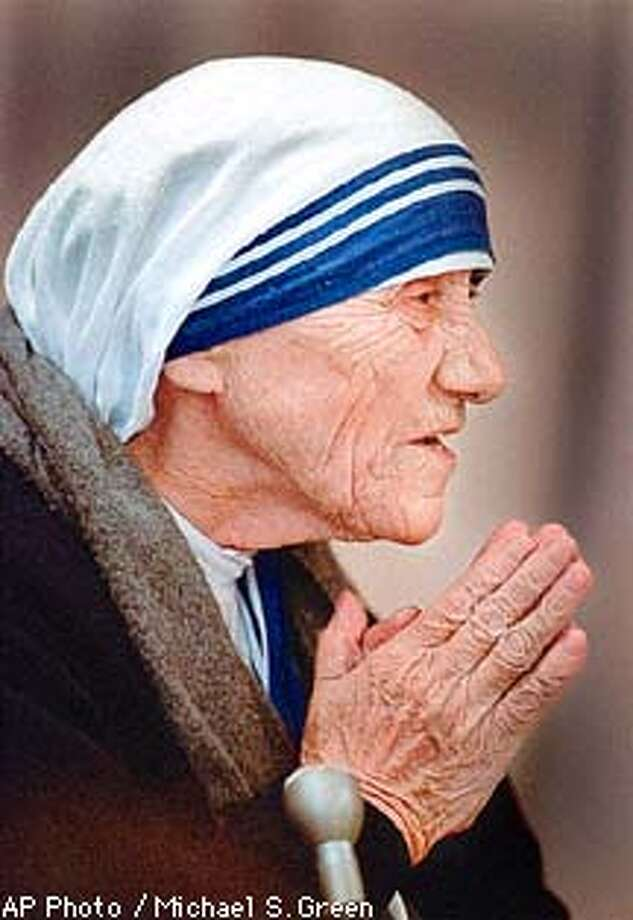 FILE--Mother Teresa thanks the crowd at Saint Francis Medical Center in Peoria, Ill., Dec. 10,1995, and asks them to pray for the poorest of poor to whom she ministers. Mother Teresa has died, Sisters of Charity in Rome said Friday, Sept. 5, 1997. She was 87. (AP Photo/Michael S. Green) Photo: MICHAEL S GREEN