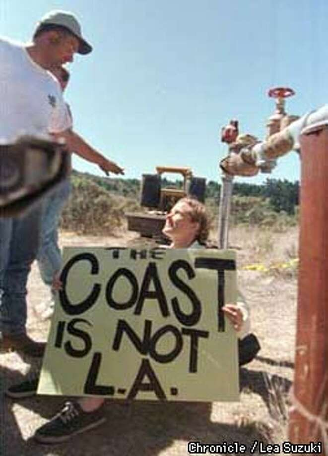 Lynn Ross of Coastside Habitat Coalition talks with a worker while protesting at the site of the development's water well in San Gregorio, CA. Photo By Lea Suzuki Photo: LEA SUZUKI