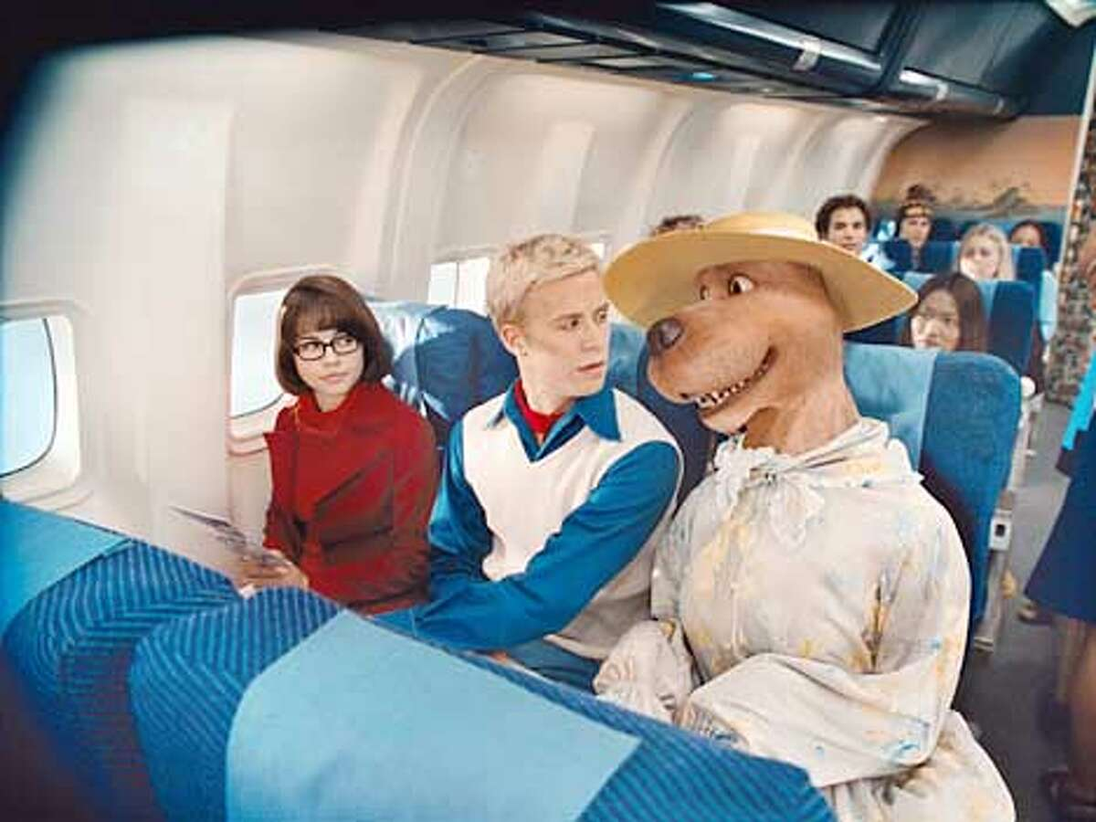 (L-r) Velma (LINDA CARDELLINI), Fred (FREDDIE PRINZE JR.) and SCOOBY-DOO in Warner Bros. Pictures' live-action comedy