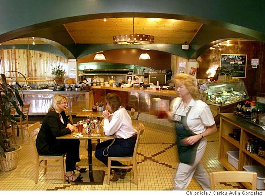 PNHOBEES B/C/01NOV99/PF/CG --- Hobee's Restaurant in Belmont, Ca., features a warm inviting atmosphere that specializes in breakfast. (CHRONICLE PHOTO BY CARLOS AVILA GONZALEZ) Photo: CARLOS AVILA GONZALEZ