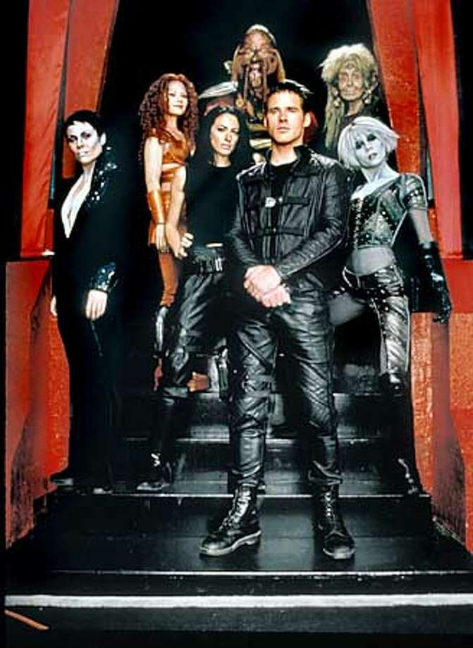 "THIS IS A HANDOUT IMAGE. PLEASE VERIFY RIGHTS. (l to r) Rebecca Riggs, Raelee Hill, Claudia Black, Anthony Simcoe, Ben Browder (front), Melissa jaffer, Gigi Edgley are the cast of ""Farscape"" on the SciFi channel. Photo: HO"