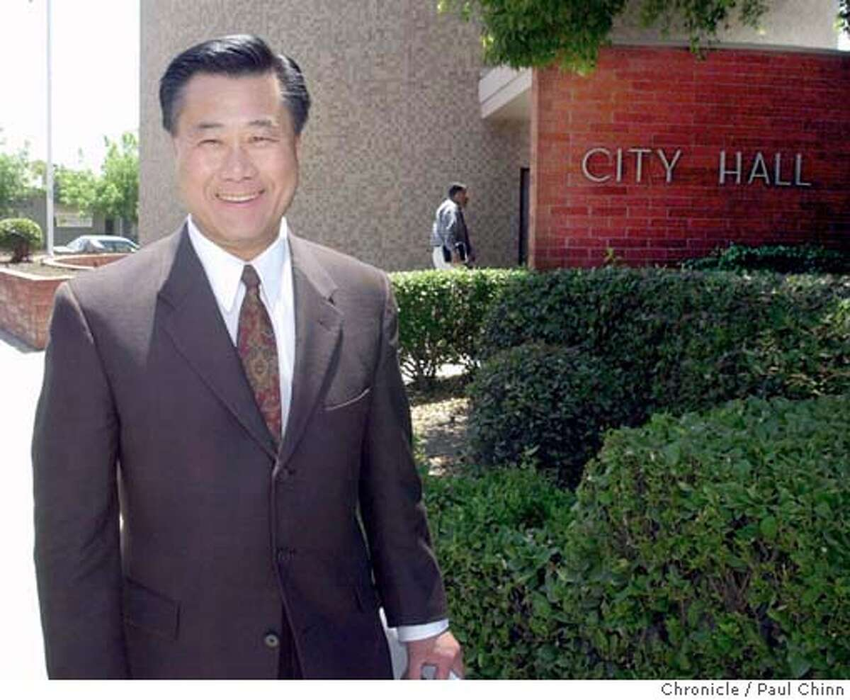 calbudget134_pc.jpg Leland Yee heads back to his car - and on to Bakersfield - after meeting with Visalia city officials and businessmen. Assembly members Leland Yee and Ellen Corbett met with local politicians in Tulare Co. to try to sell the proposed fiscal budget on 6/24/03 in Visalia. PAUL CHINN / The Chronicle MANDATORY CREDIT FOR PHOTOG AND SF CHRONICLE/ -MAGS OUT