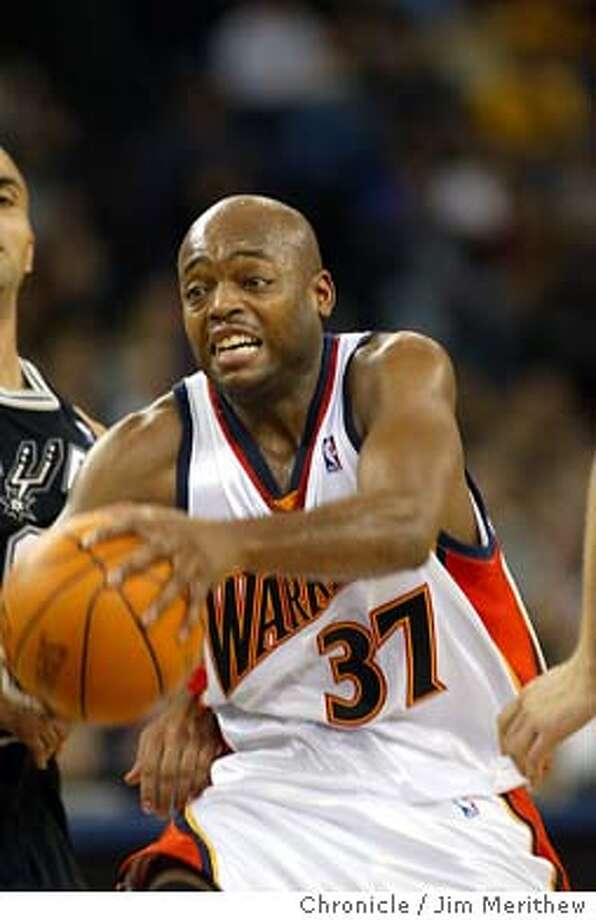 WARRIORS/SPURS346.jpg  Warriors Nick Van Exel looks for the gap. The Golden State Warriors defeated the San Antonio Spurs 91-89 at the Oakland Coliseum November 29, 2003. Event on 11/29/03 in Oakland.  Jim Merithew / The Chronicle