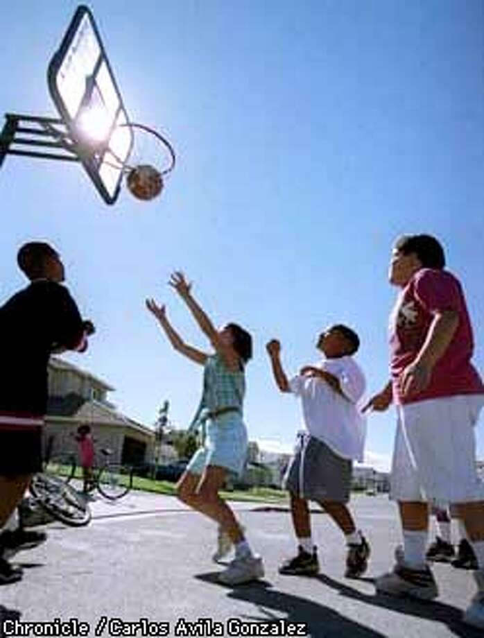 Neighborhood children play basketball in the street on their portable basketball hoop on Sage Court in Antioch on Wednesday, September 10, 1997. From left to right the children are Gary Aldridge, 9, Chelsea Schmidt, 10, Kallen Davis, 8, and Chris Seaton, 11. (CHRONICLE PHOTO BY CARLOS AVILA GONZALEZ) Photo: CARLOS AVILA GONZALEZ