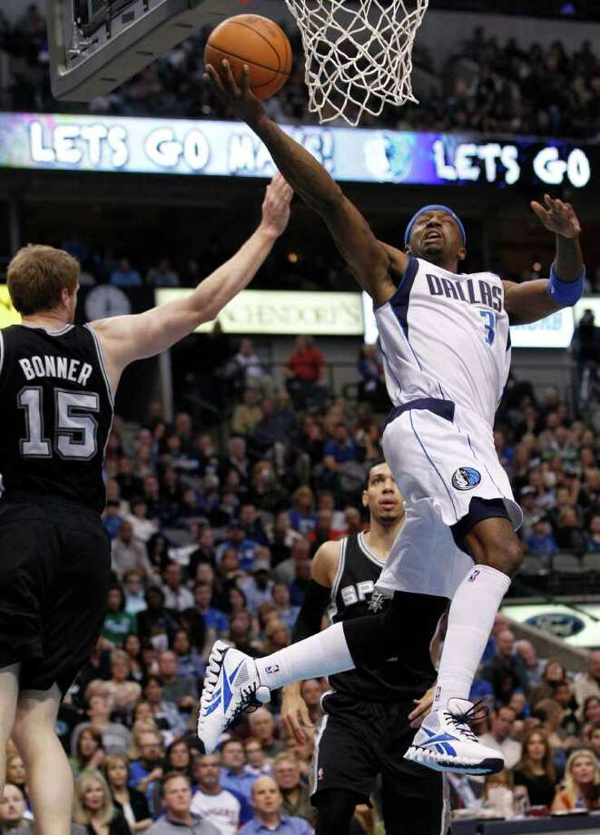 Dallas Mavericks guard Jason Terry (31) shoots against San Antonio Spurs forward Matt Bonner (15) during the first half of an NBA basketball game in Dallas, Sunday, Jan. 29, 2012. Photo: AP