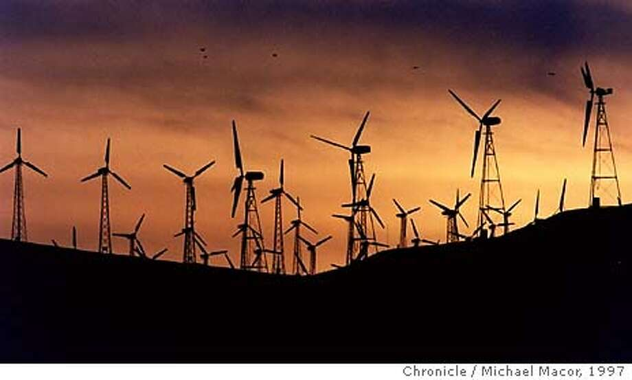 """GREEN POWER2/C/18MAR97/BU/MACOR Utility Companies gearing up to market """"Green Power""""- electricity generated only by environmentally benign soures, like the Wind generators of Altamont Pass in Eastern Contra Costa County. A row of wind turbines along a ridge in the Altamont Pass. Chronicle Photo: Michael Macor ALSO RAN 3/22/02 CAT Photo: MICHAEL MACOR"""