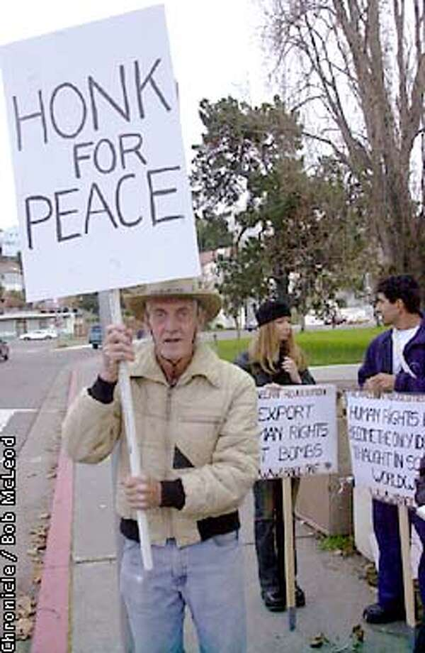 EBPEACEXXa-C-17DEC01-MN-BM  Marchers protesting the war in Afghanistan make their way around Lake Merritt in Oakland. photo of protester Mark Boyton.  Chronicle photo by Bob Mcleod Photo: BOB MCLEOD