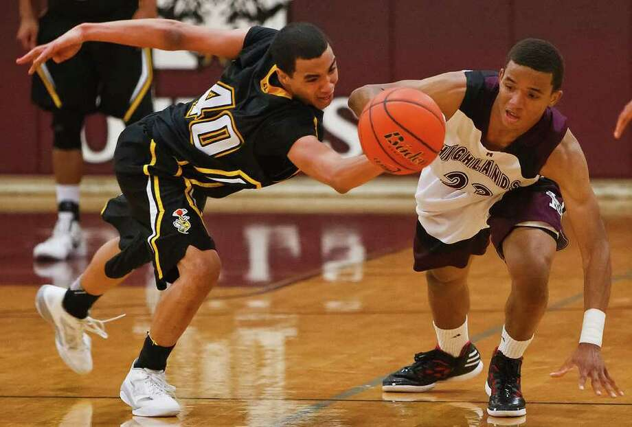 East Central's Derrick Johnson (left) fights for a loose ball with Highlands' Roland Love during the fourth quarter of their game at the Highlands gym on Jan. 27.  Photo by Marvin Pfeiffer Photo: MARVIN PFEIFFER, Marvin Pfeiffer / Prime Time Newspapers / Prime Time Newspapers 2012