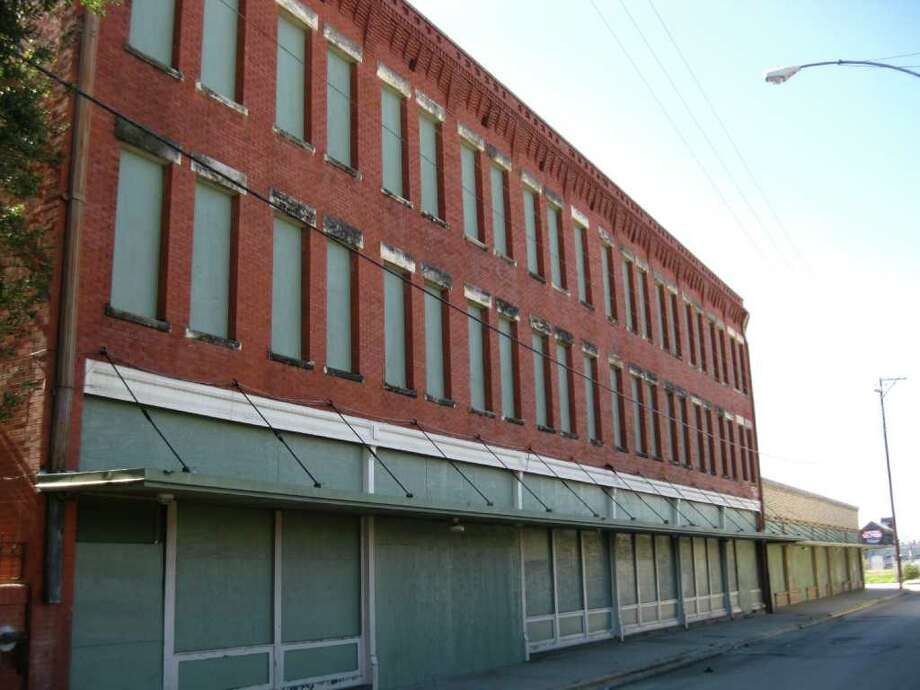 The former the San Antonio Metropolitan Ministries homeless shelter, in the 900 block of West Commerce, will now serve primarily as a mental health outpatient clinic. Photo by Noi Mahoney Photo: Courtesy Photo