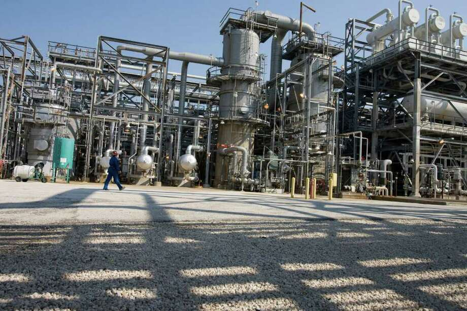 Shell's Deer Park refinery is one of the facilities affected by negotiations with the United Steelworkers International. Nationwide contract talks cover 30,000 refinery and chemical workers - including 4,600 in the Houston area. Photo: James Nielsen / Houston Chronicle