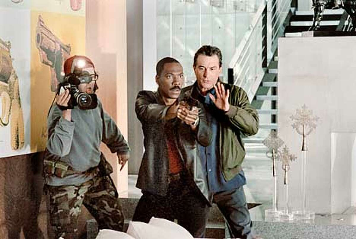 L-r, JUDAH FRIEDLANDER, EDDIE MURPHY and ROBERT DE NIRO in Warner Bros. Pictures' and Village Roadshow Pictures' action comedy Showtime, also starring Rene Russo. (HANDOUT PHOTO)