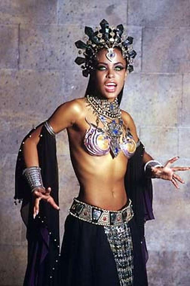 "THIS IS A HANDOUT IMAGE. PLEASE VERIFY RIGHTS. DEAD17d-C-06FEB02-PK-HO  AALIYAH (Akasha) in Warner Bros. Pictures� and Village Roadshow Pictures� supernatural adventure ""Queen of the Damned."""