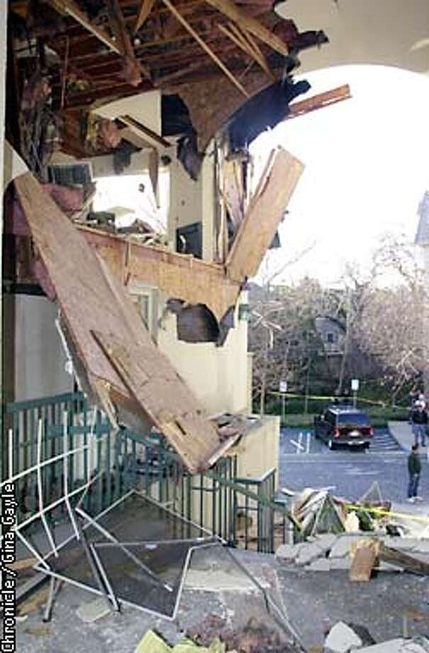 The effects of an explosion at the Park Regency Apartments in Walnut Creek. Photo by Gina Gayle/The SF Chronicle. Photo: GINA GAYLE