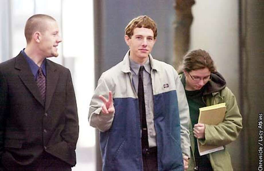 Peter Schnell, center flashes the peace sign as he and his brother, left, Dave and ( women unknown), walk into the Court House Building in San Jose, Monday Jan28,02. Peter, a member of the Animal Liberation Front, was being sentenced for possessing Molotov Cocktails and targeting a dairy. CHRONICLE PHOTOGRAPHER/ LACY ATKINS Photo: Lacy Atkins