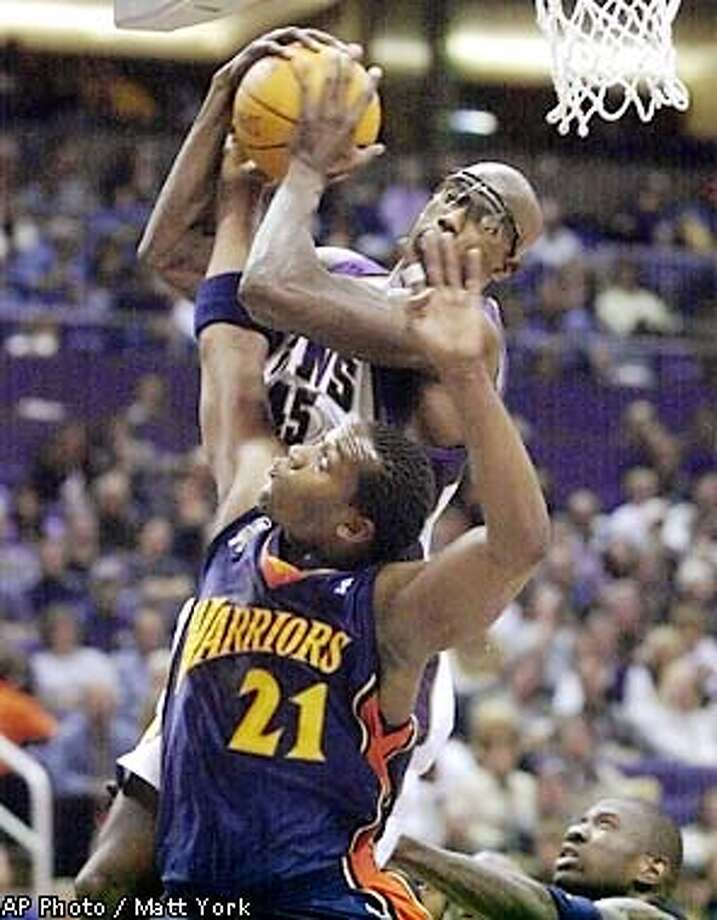 Phoenix Suns forward Bo Outlaw, top, battles Golden State Warriors forward Danny Fortson (21) for a rebound during the second quarter Friday, Feb. 1, 2002, in Phoenix. (AP Photo/Matt York) Photo: MATT YORK