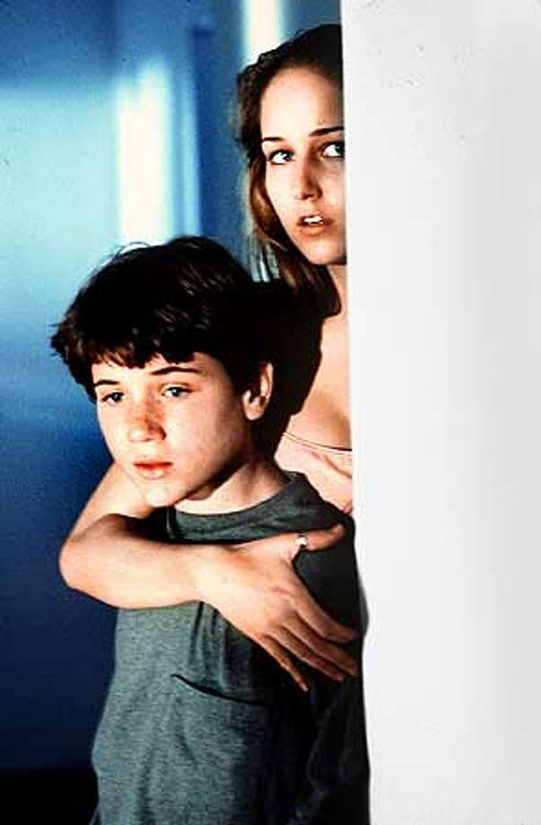 THE GLASS HOUSE LEELEE SOBIESKI STARS AS RUBY BAKER AND TREVOR MORGAN STARS AS HER YOUNGER BROTHER, RHETT, IN THE COLUMBIA PICTURES PSYCHOLOGICAL THRILLER, THE GLASS HOUSE Photo: HANDOUT