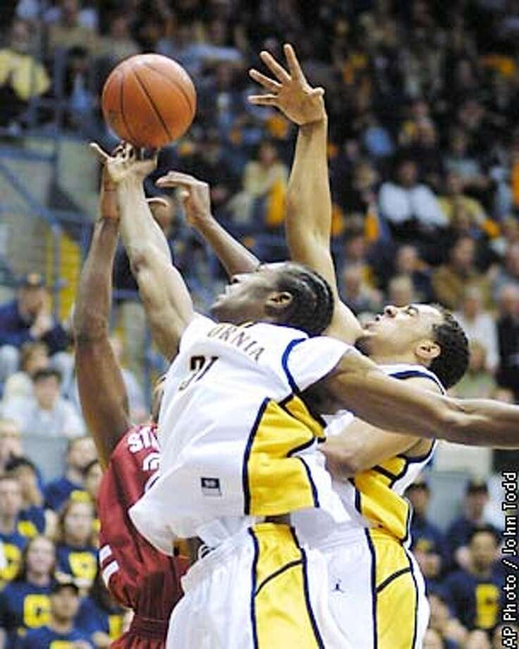 California's Jamal Sampson, center, grabs a rebound in front of teamate Ryan Forehan-Kelly, right, and Stanford's Justin Davis, left, during the first half in Berkeley, Calif., Sunday, Jan. 6, 2002. (AP Photo/John Todd) Photo: JOHN TODD