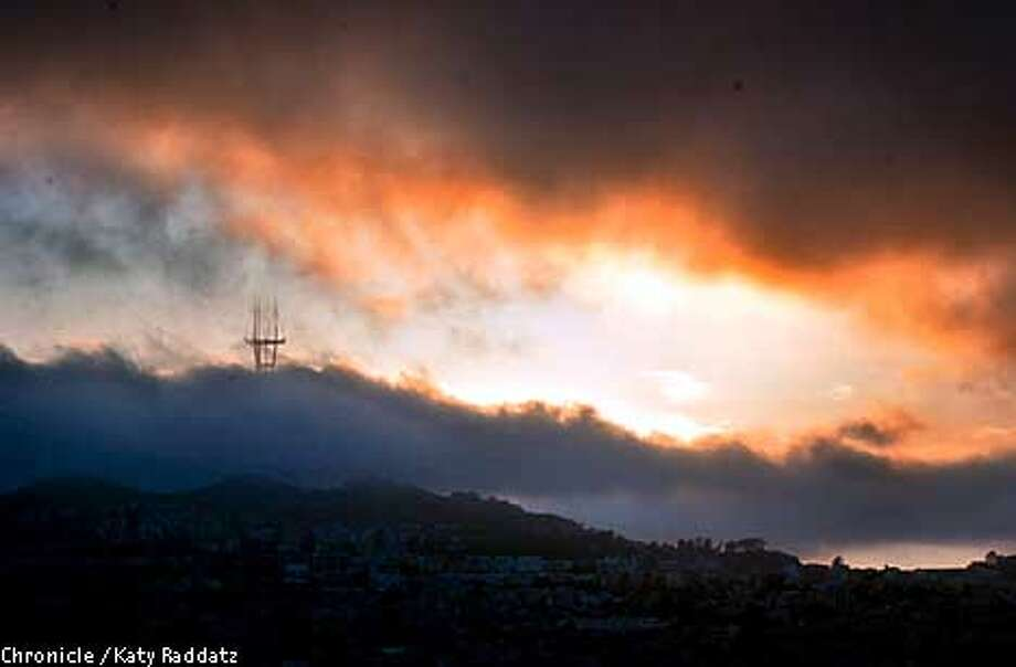 MICROCLIMATED-C-22JUN01-MN-RAD  Photo by Katy Raddatz--The Chronicle  Story about microclimates in the Bay Area. SHOWN: the evening fog flows over Twin Peaks. Writer is Hal Gilliam for the Science page. Photo: KATY RADDATZ