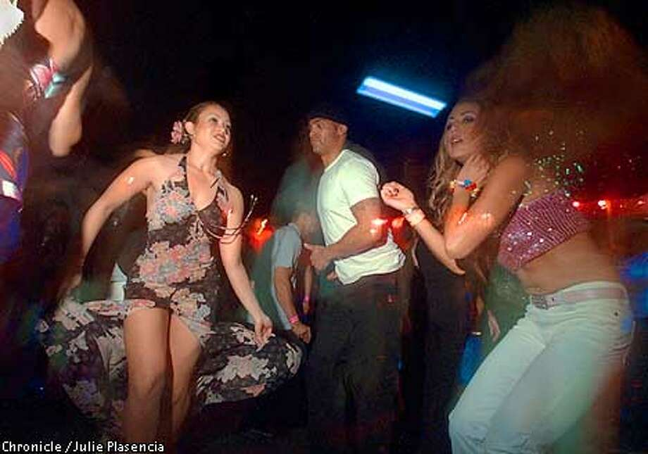 A night of partying at a swing club eventually turns into a wild orgy № 689307 бесплатно