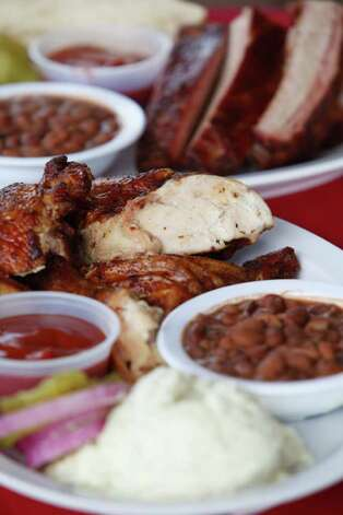 Big Lou's Burgers & BBQ, 2014 S. W.W. White Road: The family best known for excellent pizzas also succeeds with burgers and 'cue. Photo: William Luther, San Antonio Express-News / © 2012 SAN ANTONIO EXPRESS-NEWS