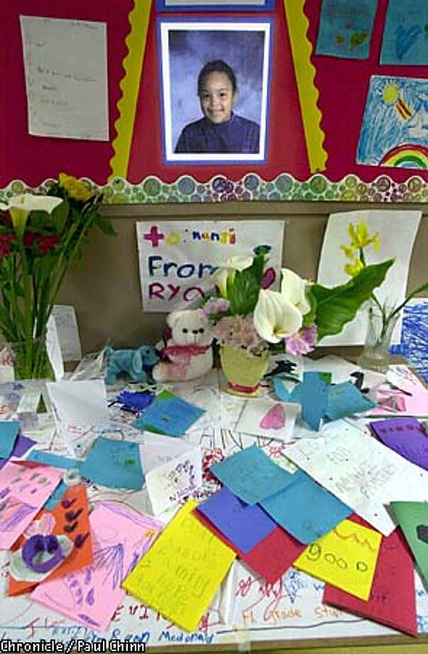Oxford Elementary School students set up a memorial in the hallway of the Berkeley school after fourth-grader Nandi Phelps died of meningitis. Chronicle photo by Paul Chinn