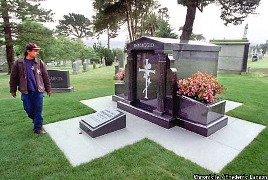 : The Yankee Clipper, Joe DiMaggio, finally comes to his finally resting place at Holy Cross cemetery in Colma California. Danny Espiritu (L) who works for American Monument was the stone cutter on the moument. Chronicle photo by Frederic Larson Photo: FREDERIC LARSON