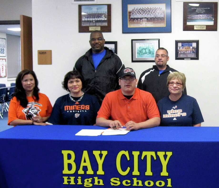John  Paul De La Rosa of Bay City High School has signed a letter of intent to play football at the University of Texas-El Pasp. He is an offensive lineman.