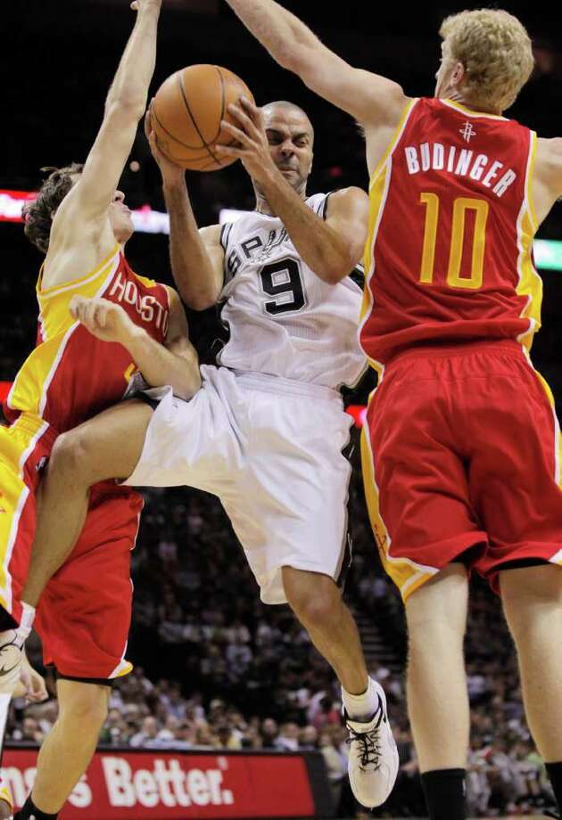 Spurs guard Tony Parker, who had 24 points, tries to squeeze between Goran Dragic, left, and Chase Budinger. Photo: Darren Abate / FR115 AP