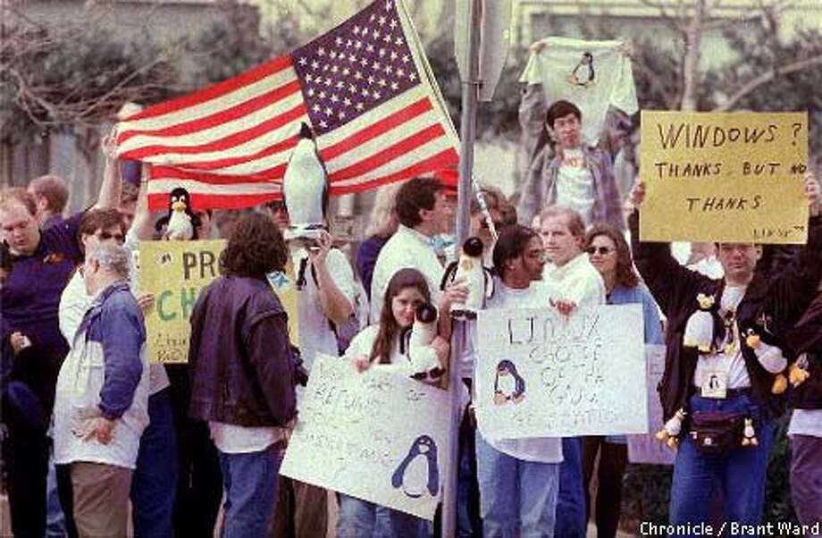 1/15FEB99/BU/BW-- About 75 demonstrators stood outside the offices of Microsoft to protest hoping to get a refund of the Windows software that comes with every PC. They use a system called Linux, an alternative to Microsoft's Windows operating system. By Brant Ward/Chronicle