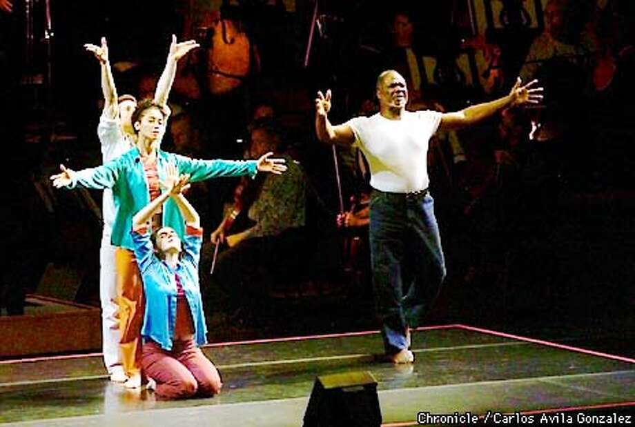 """Willard White, right, with dancers, Michael Schumacher, Daniela Gra�a, and Nora Kimball, rear to front, in the first North American appearance of John Adams's, """"El Ni�o,"""" , conducted by Kent Nagano, at Davies Symphony Hall in San Francisco, Ca.  (CARLOS AVILA GONZALEZ/SAN FRANCISCO CHRONICLE) Photo: CARLOS AVILA GONZALEZ"""