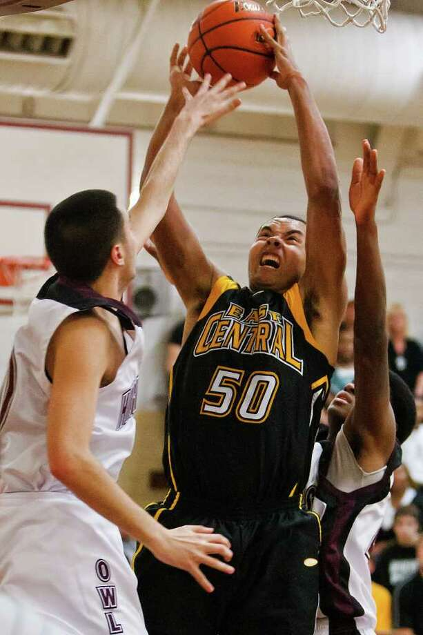 East Central's John Baker (center) goes up for a shot between Highlands' Darin Larson (left) and Keshun Tate during the fourth quarter of their game at the Highlands gym on Jan. 27, 2012.  Baker led al scorers with 24 points to help the Hornets come away with a 81-71 victory in the District 28-5A game.  Photo by Marvin Pfeiffer / Prime Time Newspapers Photo: MARVIN PFEIFFER, Marvin Pfeiffer / Prime Time Newspapers / Prime Time Newspapers 2012