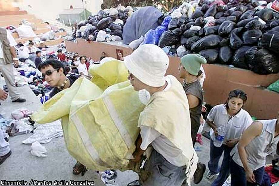 Youth volunteers bring in more relief supplies for those left homeless from the earthquake in Santa Tecla, an outskirt of San Salvador, El Salvador, on Tuesday, January 16, 2001  (CARLOS AVILA GONZALEZ/SAN FRANCISCO CHRONICLE) Photo: CARLOS AVILA GONZALEZ