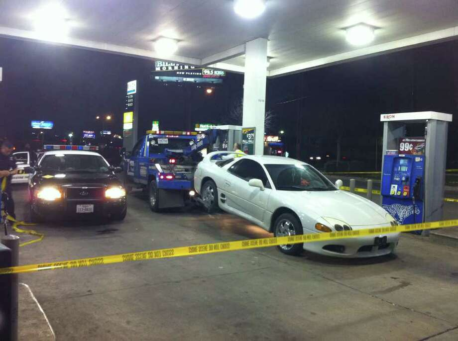 A man shot multiple times in the Northwest Side drove himself and his uninjured girlfriend to a nearby Exxon. He was taken to University Hospital in critical condition. Photo: Jessica Kwong, Jkwong@express-news.net