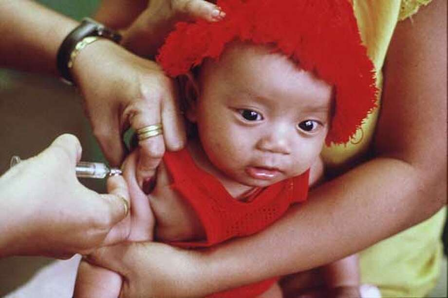UNICEF NEEDLES2/C/29SEP98/MN/ROGER LEMOVNE  INJECTIONS DURING A UNICEF SPONSORED MEDICAL PROCEEDURE IN CAMBODIA