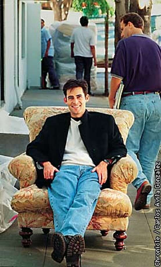 KPIX Evening Magazine host, Jonathan Karsh, on the street on assignment in Palo Alto, on Friday, September 18, 1998. BY CARLOS AVILA GONZALEZ/THE CHRONICLE Photo: CARLOS AVILA GONZALEZ