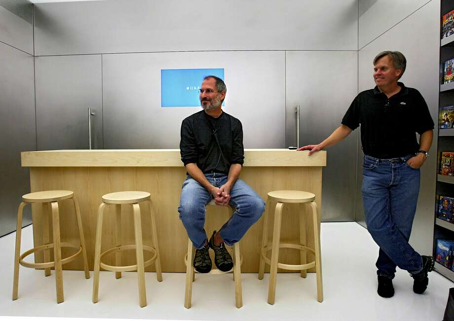 Steve Jobs sits in the innovative Apple mini-store at the Stanford mall in 2004 with vice president Ron Johnson. Photo: Chris Hardy, The Chronicle