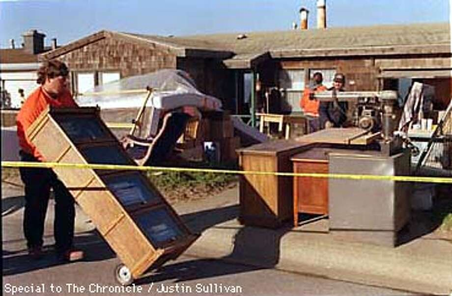 PACIFICA 1/C/3MAR98/MN/JUSTIN SULLIVAN SPEC TO CHRON  PACIFICA PUBLIC WORKS MEN MOVE FURNITURE OUT OF THE HOOUSENEXT DOOR TO 548 ESPLANADE AVE IN PACIFICA. THE BACK PART OF THE HOUSE AT 548 FELL TO THE OCEOAN BELOW EARLY A.M. ON MARCH 3