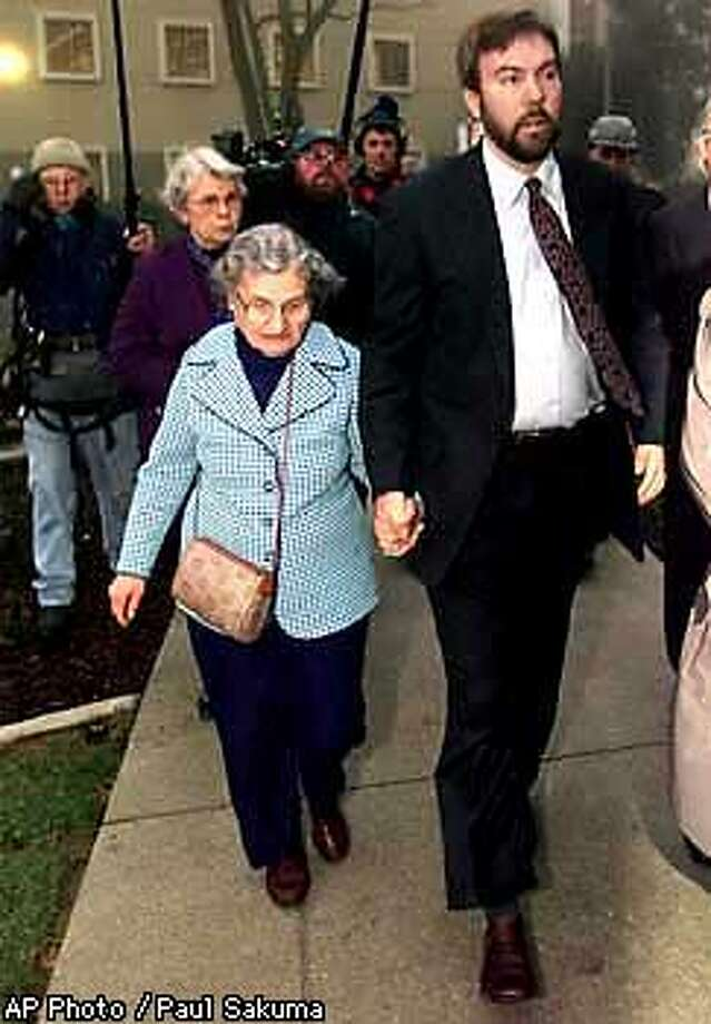 David Kaczynski, brother of the suspected Theodore Kaczynski, holds the hand of his mother, Wanda Kaczynski, as they enter the Federal Courthouse in Sacramento, Calif., Monday morning, Jan. 5, 1998. Monday is the first day of the trial against Theodore Kaczynski. (AP Photo/Paul Sakuma, Pool) Photo: PAUL SAKUMA