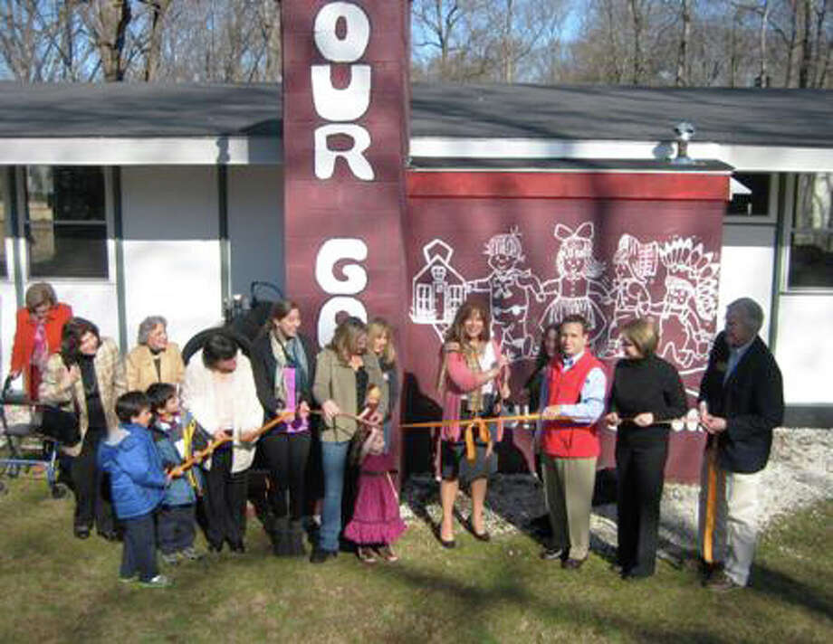 Mary Lowman, Clara Cattaneo, Frida Goldberg, Ethan and Brendon Tovar, Kathleen Gilliam, Sara Lowman, Kelly Carlucci, Mia Carlucci, Nancy Carlucci, Anna Maria Lowman, Tina Guglielmo, Bob Duff, Jayme Stevenson and John Lundeen participate inthe ribbon cutting. Photo: Contributed Photo