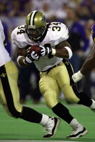 New Orleans Saints running back Ricky Williams carries the ball  in the first quarter of the Saints' 34-16 loss to the Minnesota Vikings in their NFC divisional playoff game Saturday, Jan. 6, 2001, in Minneapolis. It was Williams' first appearance at running back since Nov. 12, when he broke his left ankle. (AP Photo/Paul Sancya) Photo: PAUL SANCYA, AP/Express-News / AP