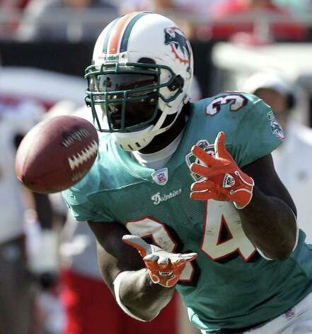 Miami Dolphins running back Ricky Williams pulls in a pass from quarterback Gus Frerotte during their 27-13 loss to the Tampa Bay Buccaneers Sunday Oct. 16, 2005 in Tampa, Fla. Williams caught six passes for 22-yards. (AP Photo/Scott Audette) Photo: SCOTT AUDETTE, AP/Express-News / AP