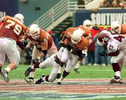 SPORTS COTTON BOWL 1-1-99 University of Texas Longhorn Ricky Williams carries the ball during the last quarter of the 63rd Classic Southwestern Bell Cotton Bowl on Friday, Jan. 1, 1999. The Mississippi State Bulldogs lost to the Longhorns. jerry lara/staff