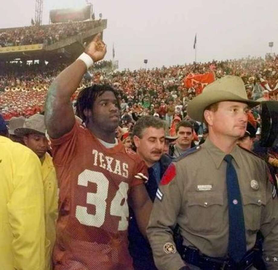 SPORTS COTTON BOWL 1-1-99 University of Texas Longhorns Ricky Williams salutes the crowd after they beat the Mississippi State Bulldogs 38-11 in the 63rd Classic Southwestern Bell Cotton Bowl on Friday, Jan. 1, 1999. jerry lara/staff