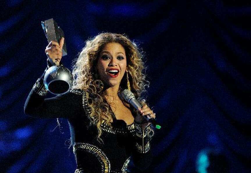 Beyoncé has been called gracious. And she proved it when, after winning her own award, she let Tayl