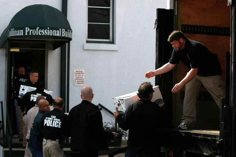 State and federal agents load boxes of documents Wednesday seized from the Cullinan Professional Building of Riverside General Hospital after its assistant administrator was arrested. Photo: Johnny Hanson / © 2012  Houston Chronicle